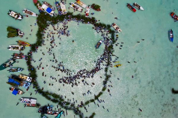 Stone Fishing in Maupiti, PHOTO: Pierre Lesage